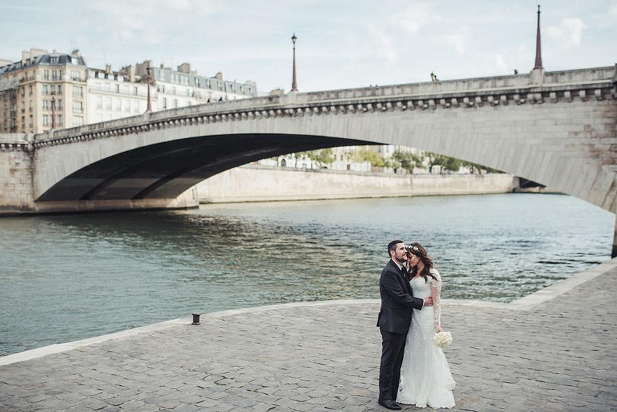 le couple s'enlace sous le pont des Tournelles