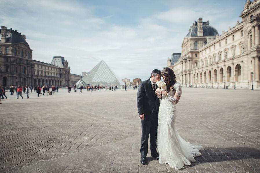 La cour du Louvre autour de la Pyramide