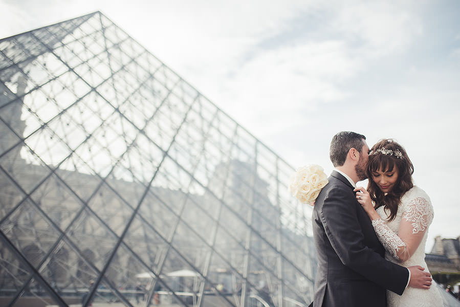 le couple s'enlace à la Pyramide